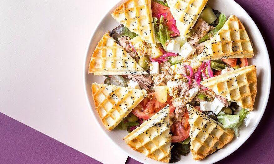 Салат из филе тунца, греческих оливок каламата, запеченного картофеля, сыра фета, свежих овощей с масляно-горчичной заправкой