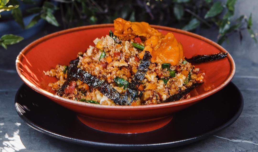 Киноа wok с овощами, цыпленком тандури со шпинатом и лисичками