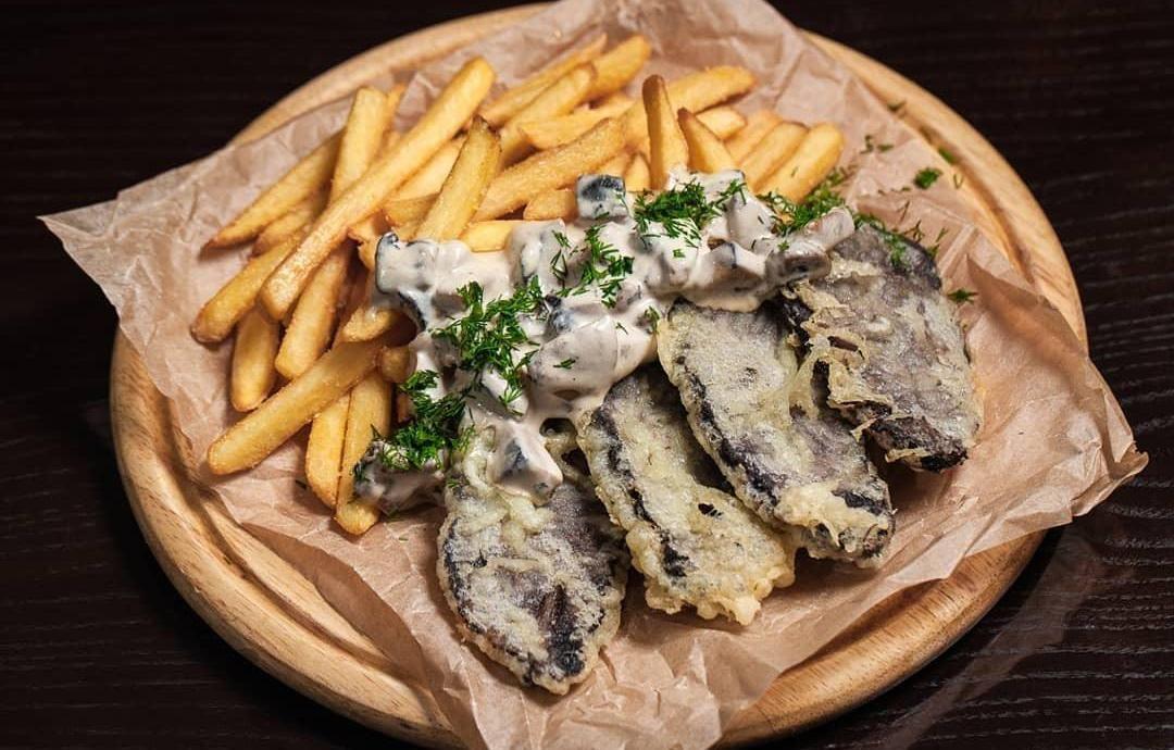 Говяжьи щеки с картофелем фри и белыми грибами ©Фото со страницы ресторана «Шерлок Холмс» в инстаграме, www.instagram.com/holmes_pub