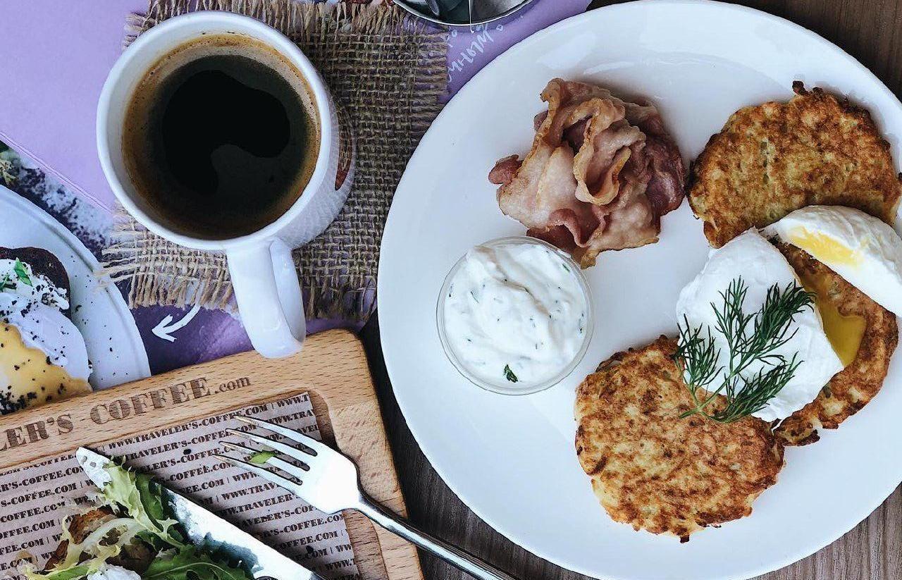 Картофельные драники со сметаной, бекон и яйцо пашот ©Фото со страницы Traveler's Coffee в инстаграме www.instagram.com/travelerscoffeekrasnodar