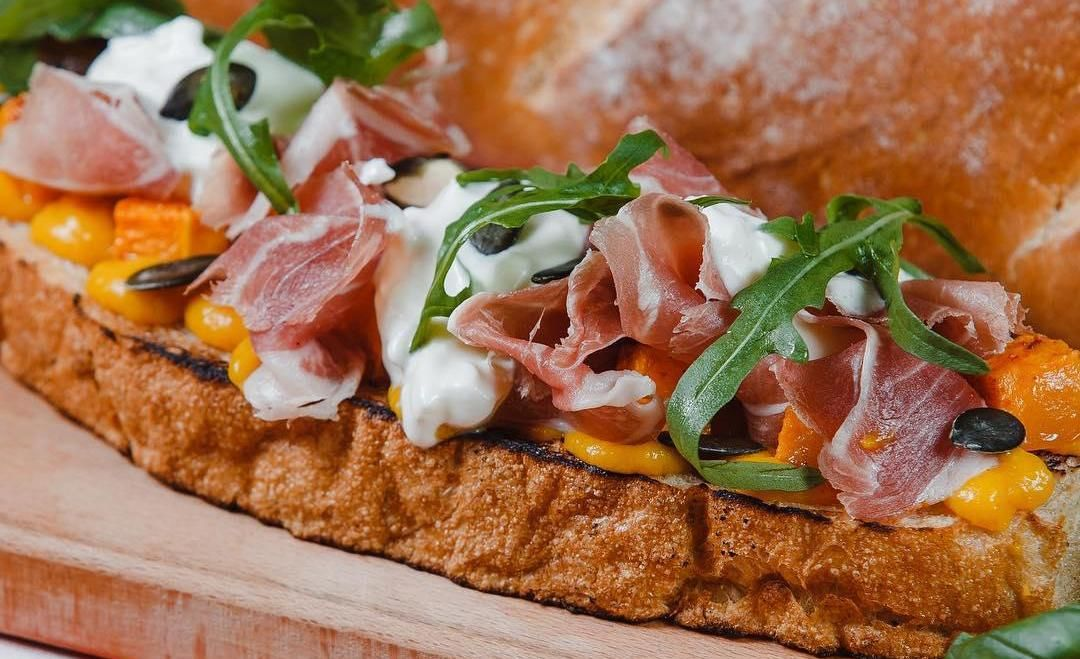 Брускетта с пряной тыквой и сыром страчателла ©Фото со страницы ресторана Don Bazilio в инстаграме www.instagram.com/don_bazilio
