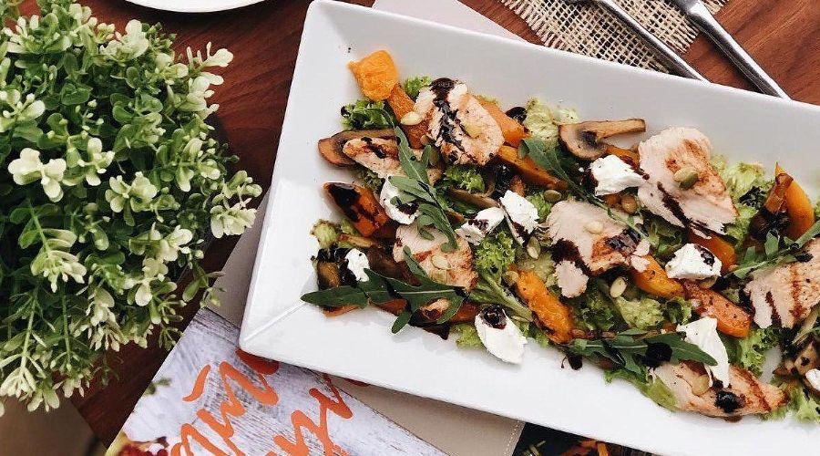 Салат из печеной тыквы с индейкой © Фото со страницы кофейни Traveler's Coffee в инстаграме www.instagram.com/travelerscoffeekrasnodar