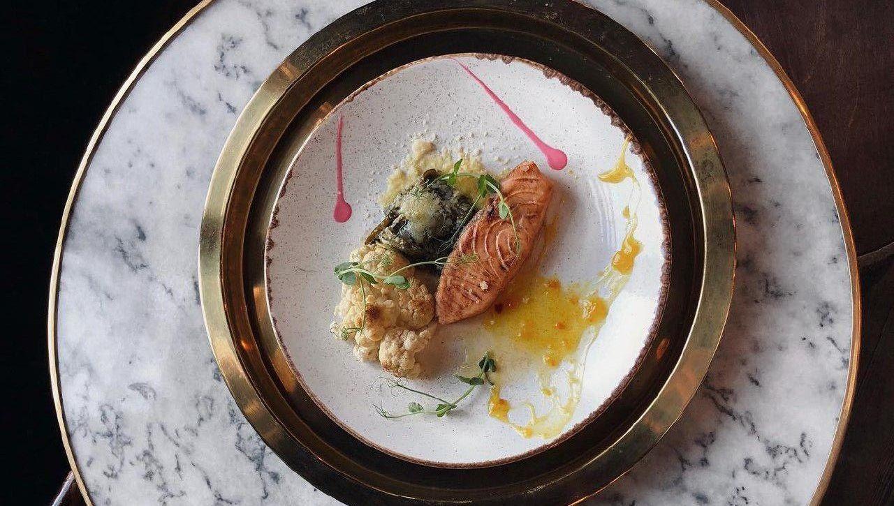 Стейк из лосося со шпинатом и цветной капустой