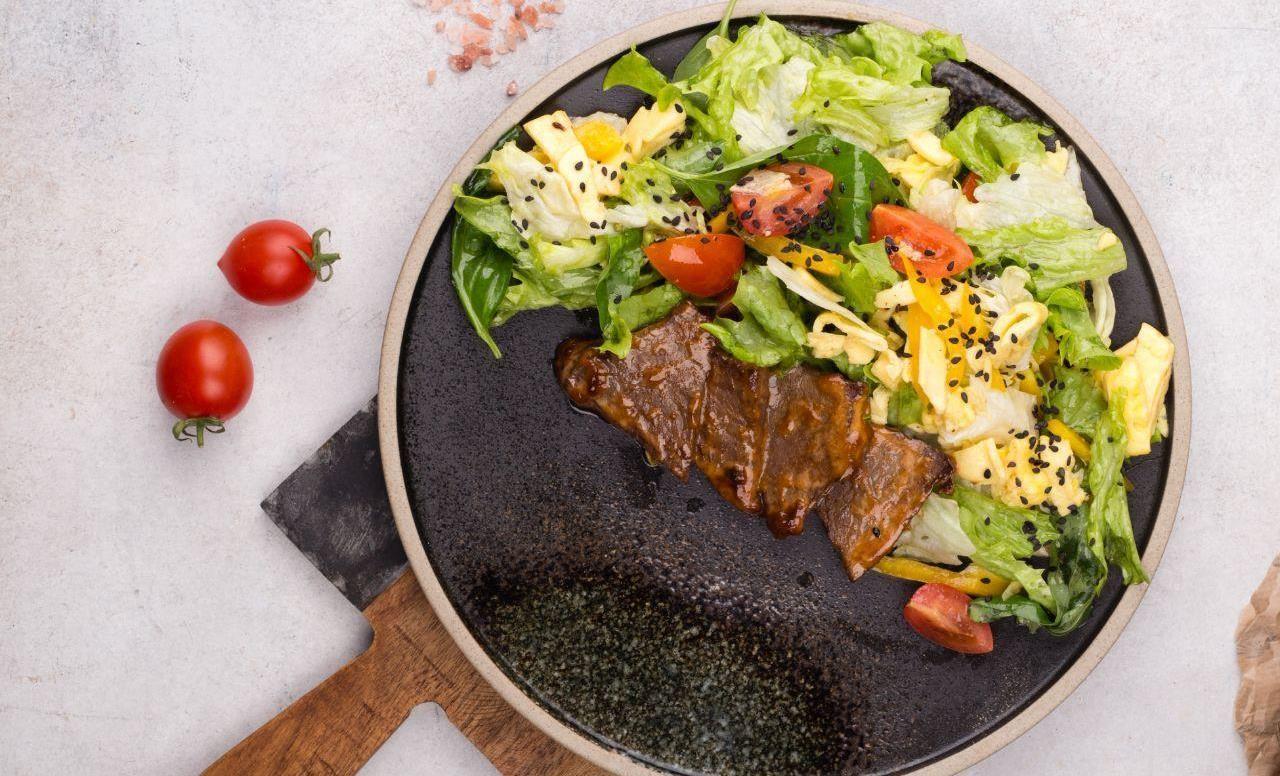 Теплый салат с ростбифом, томатами и омлетом ©Фотография предоставлена заведением